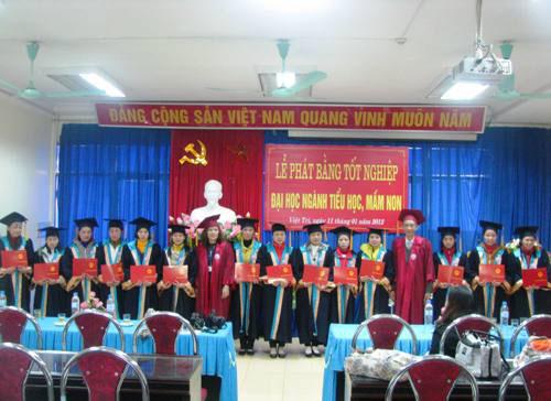 Truong DH Hung Vuong to chuc phat bang tot nghiep Dai hoc he Vua lam vua hoc khoa 2008 - 2011