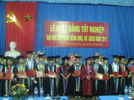 Le phat bang tot nghiep Dai hoc SP Tieng Anh he vua lam vua hoc va Dai hoc SP Su - Giao duc cong dan he lien thong nam 2011