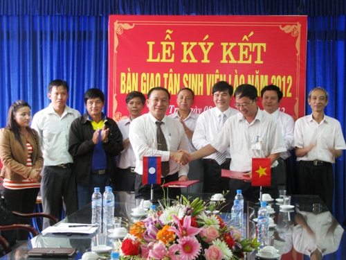 Ky ket ban giao tan sinh vien giua tinh U Dom Xay va Phong Xa Ly - CHDCND Lao voi Truong Dai hoc Hung Vuong