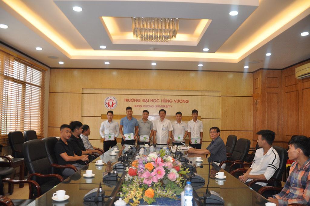 Truong DH Hung Vuong to chuc gap mat tang qua sinh vien tham gia si quan du bi nam 2017
