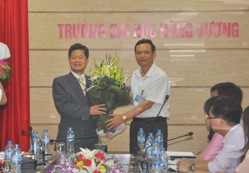 Truong Dai hoc Hung Vuong tiep va lam viec voi Doan cong tac Truong Dai hoc Cong nghe Kien Quoc (Dai Loan)