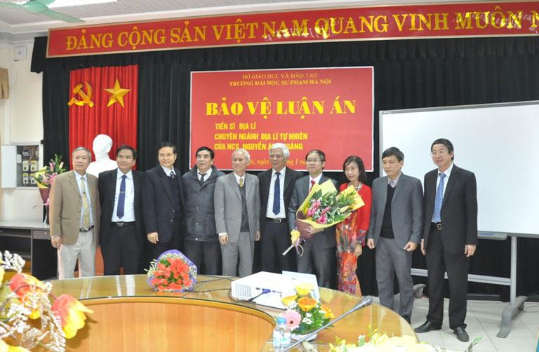 Hội đồng chấm luận án, thầy hướng dẫn và Hiệu trưởng Trường Đại học Hùng Vương  chụp ảnh lưu niệm cùng tân Tiến sĩ Nguyễn Ánh Hoàng
