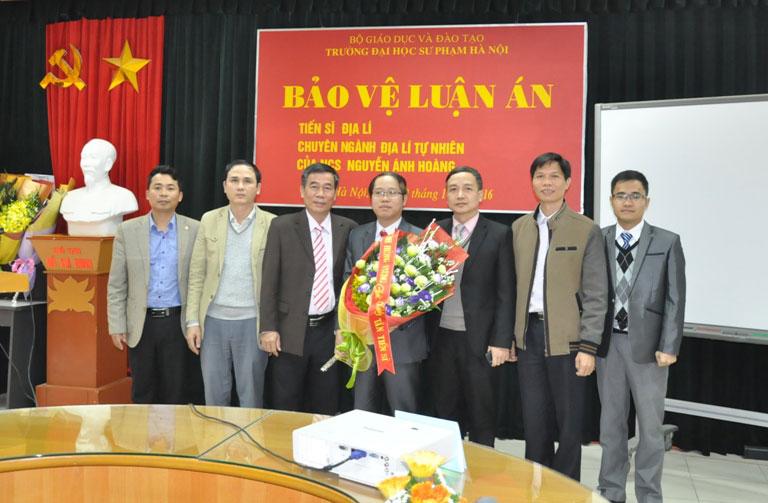 TS. Đỗ Tùng – Phó Hiệu trưởng và lãnh đạo các phòng, ban, khoa trong nhà trường  chúc mừng tân Tiến sĩ Nguyễn Ánh Hoàng