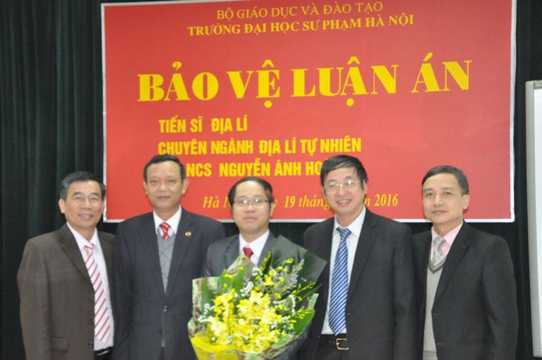 PGS.TS. Cao Văn – Hiệu trưởng nhà trường và các thầy lãnh đạo trường,  đại diện lãnh đạo các phòng ban chúc mừng tân Tiến sĩ Nguyễn Ánh Hoàng