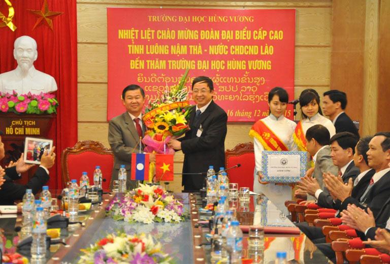 Doan dai bieu cap cao tinh Luong Nam Tha, nuoc Cong hoa Dan chu Nhan dan Lao toi tham va lam viec voi Truong Dai hoc Hung Vuong