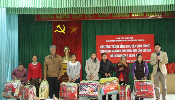 """Doan thanh nien Truong Dai hoc Hung Vuong to chuc chuong trinh """"Tinh nguyen mua dong"""""""