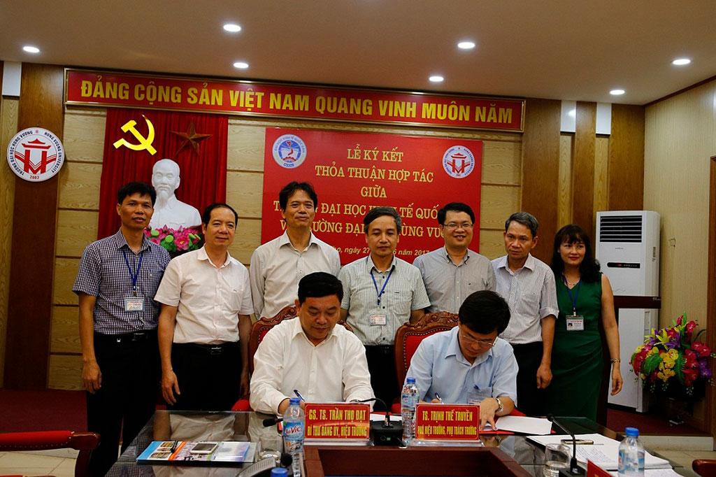 Doan cong tac cua Truong Dai Kinh te Quoc dan tham va ky ket thoa thuan hop tac voi Truong Dai hoc Hung Vuong