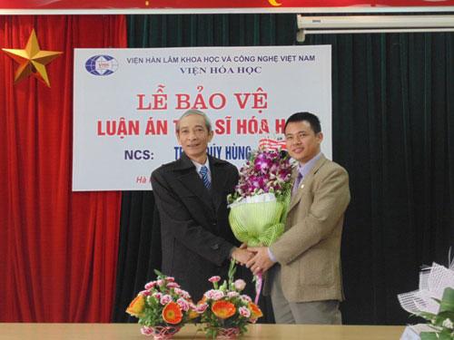 Nghien cuu sinh Trieu Quy Hung bao ve thanh cong luan an Tien si Hoa hoc