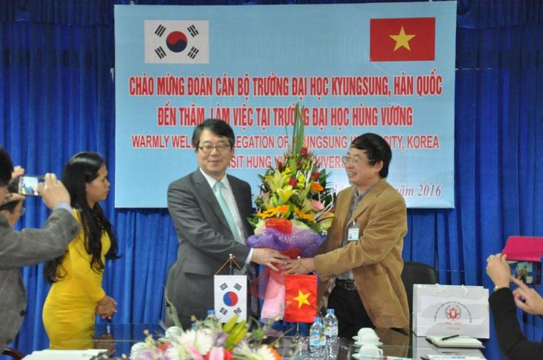 Doan can bo Truong Dai hoc KyungSung Han Quoc den tham, lam viec tai Truong Dai hoc Hung Vuong
