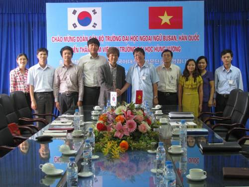 Doan can bo Truong Dai hoc Ngoai ngu Busan, Han Quoc den tham, lam viec tai Truong Dai hoc Hung Vuong