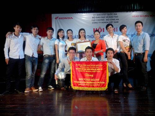 Doi tuyen Truong Dai hoc Hung Vuong tham gia cuoc thi Tim hieu Luat Giao thong duong bo va Lai xe mo to an toan