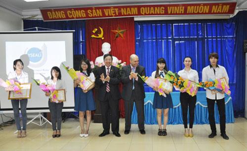 Ong Michael Turner – Pho Tham tan van hoa thong tin cua Dai su quan Hoa Ky tai Viet Nam den tham, lam viec voi Truong Dai hoc Hung Vuong