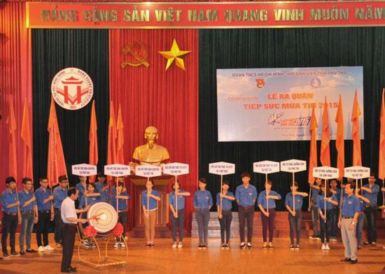 """Sinh vien tinh nguyen Truong Dai hoc Hung Vuong tham gia le ra quan Chuong trinh """"Tiep suc mua thi"""" nam 2015"""