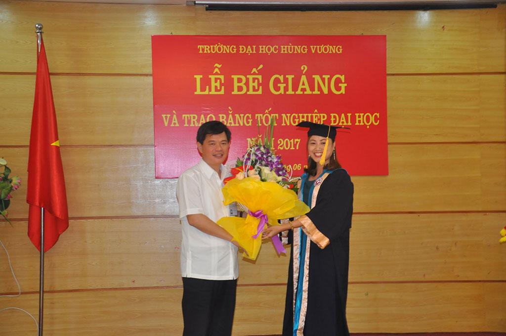 Truong Dai hoc Hung Vuong to chuc Be giang va trao bang tot nghiep Dai hoc he vua hoc vua lam khoa 2014-2017