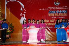 Sinh vien truong Dai hoc Hung Vuong dai dien doi tuyen tinh Phu Tho xuat sac xep thu 2 trong hoi thi Anh sang soi duong 2017