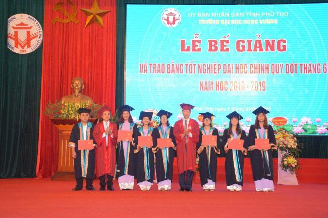 Truong Dai hoc Hung Vuong to chuc Le be giang nam hoc 2018 - 2019 va trao bang tot nghiep Dai hoc chinh quy, dot thang 6 nam 2019