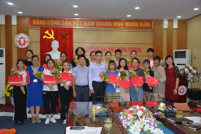 Tong ket, chia tay sinh vien Hoc vien Hong Ha, Trung Quoc hoan thanh khoa hoc Tieng Viet tai Truong Dai hoc Hung Vuong