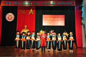 Truong Dai hoc Hung Vuong to chuc Be giang va trao bang tot nghiep dai hoc lien thong nam 2017