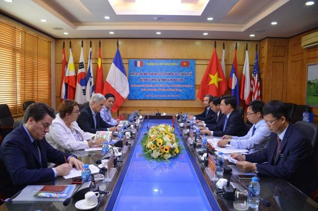 Doan cong tac cua thanh pho Caen – Cong hoa Phap den tham va lam viec tai Truong Dai hoc Hung Vuong