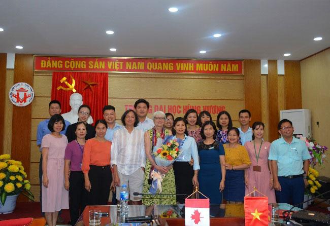 Doan cong tac Dai hoc Guelph (Canada) tham va lam viec voi Dai hoc Hung Vuong