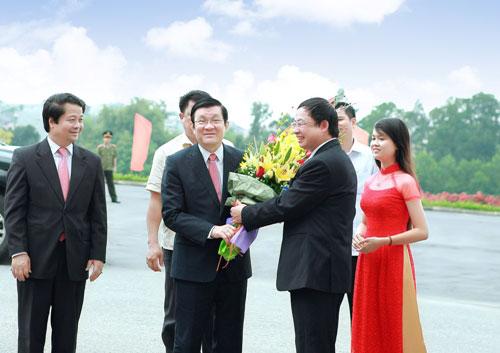 Chu tich nuoc Truong Tan Sang da den tham va lam viec voi Truong Dai hoc Hung Vuong