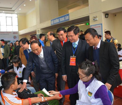 """Soi noi chuong trinh """"Ngay Chu nhat Do"""" va Khai mac hien mau tinh nguyen nam 2018 tai Truong Dai hoc Hung Vuong"""