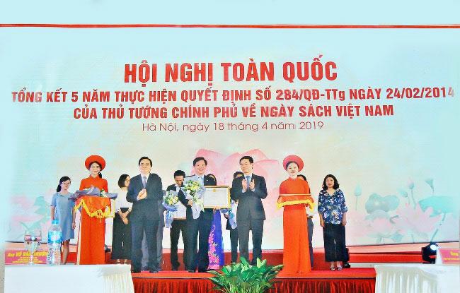 Truong DH Hung Vuong vinh du nhan Bang khen cua Bo TT&TT tai Hoi nghi toan quoc tong ket 5 nam Ngay sach Viet Nam