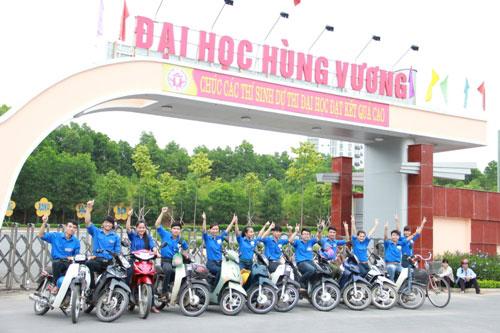 Doi tinh nguyen tiep suc mua thi Truong Dai hoc Hung Vuong ra quan