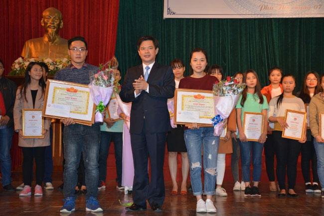 Chung khao va trao giai cuoc thi Y tuong sang tao sinh vien Dai hoc Hung Vuong nam 2017