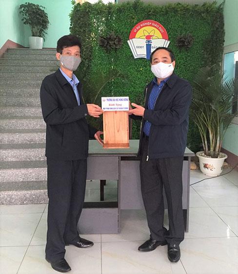 Truong Dai hoc Hung Vuong trao tang may phun dung dich sat khuan tu dong - chung tay cung cong dong day lui dich Covid-19