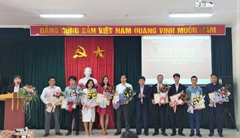 Cac gia dinh hoc tap va 10 tien si Truong Dai hoc Hung Vuong duoc khen thuong tai Hoi nghi tong ket cong tac khuyen hoc, khuyen tai, xay dung xa hoi hoc tap nam 2019