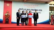 Truong Dai hoc Hung Vuong va So Giao duc va Dao tao Phu Tho tham va tang qua cac truong Tieu hoc tren dia ban huyen Cam Khe