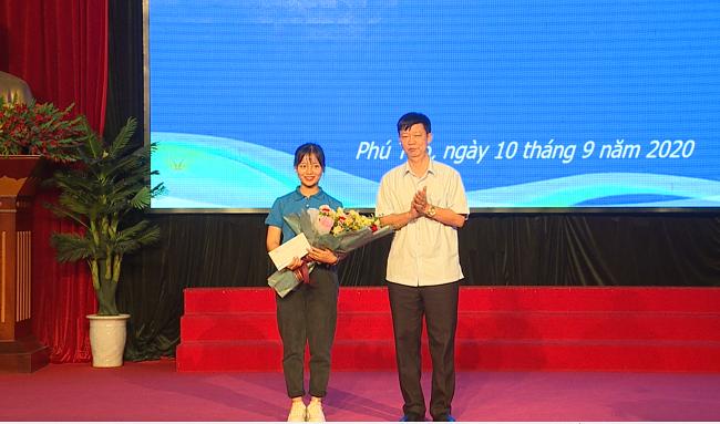 Truong Dai hoc Hung Vuong to chuc gap mat, trao thuong cho tan sinh vien xuat sac K18 nhap hoc dot 1 va to chuc chuong trinh boi duong ky nang song cho sinh vien