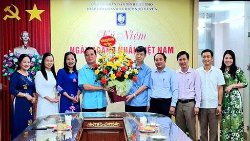 Truong Dai hoc Hung Vuong tang hoa chuc mung Ngay Doanh nhan Viet Nam (13/10)